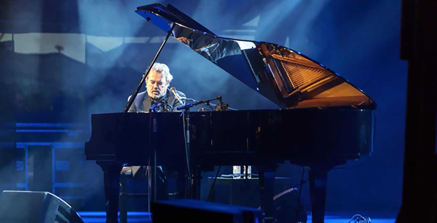 Jimmy Webb performing on piano