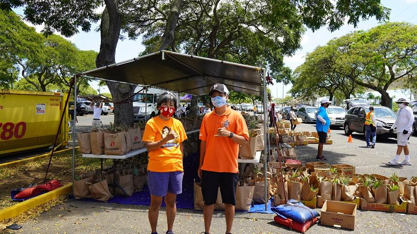 Jared Kawatani'17 and his mom at a Hawaii Foodbank event