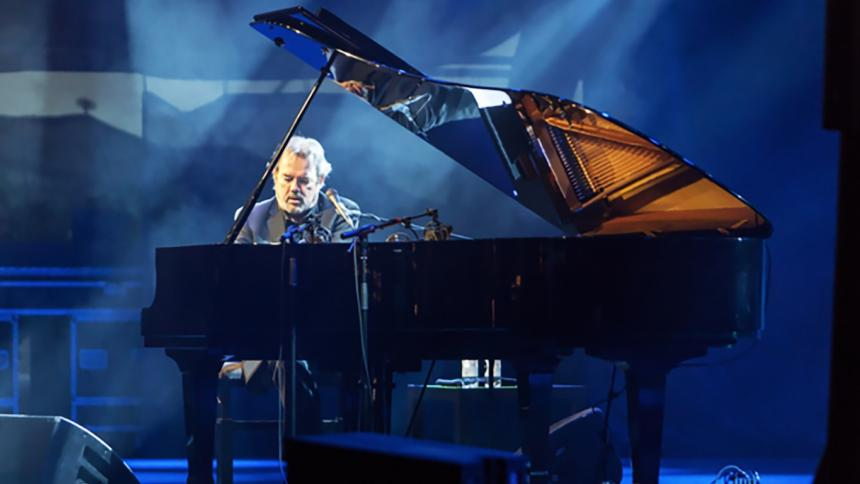 Jimmy Webb performing on the piano